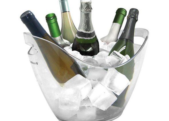 Een champagnekoeler gevuld met zes flessen
