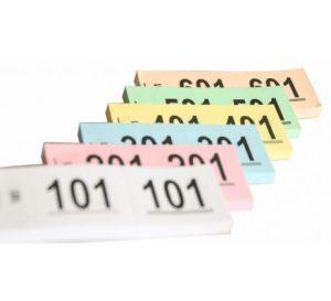 Een gekleurd nummerblok dat kan worden gebruikt om bijvoorbeeld een nummer aan een jas te linken.